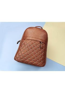 Prešívaný dámsky ruksak karamelovej farby s vybíjaním