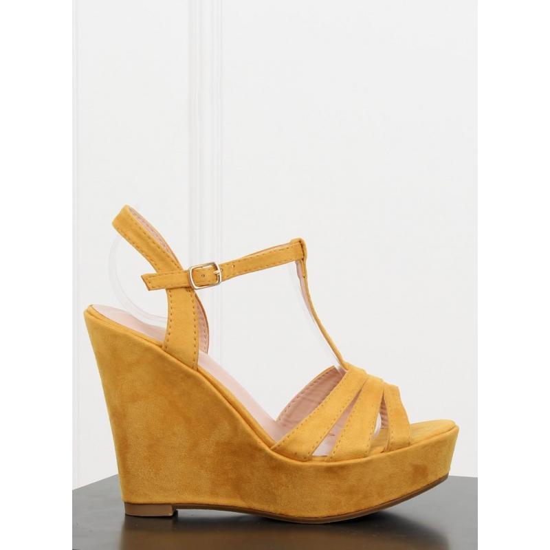 a8a067123b1d Semišové dámske sandále žltej farby na platforme - skvelamoda.sk