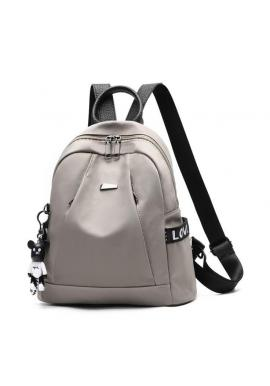 Módny ruksak čiernej farby s príveskom