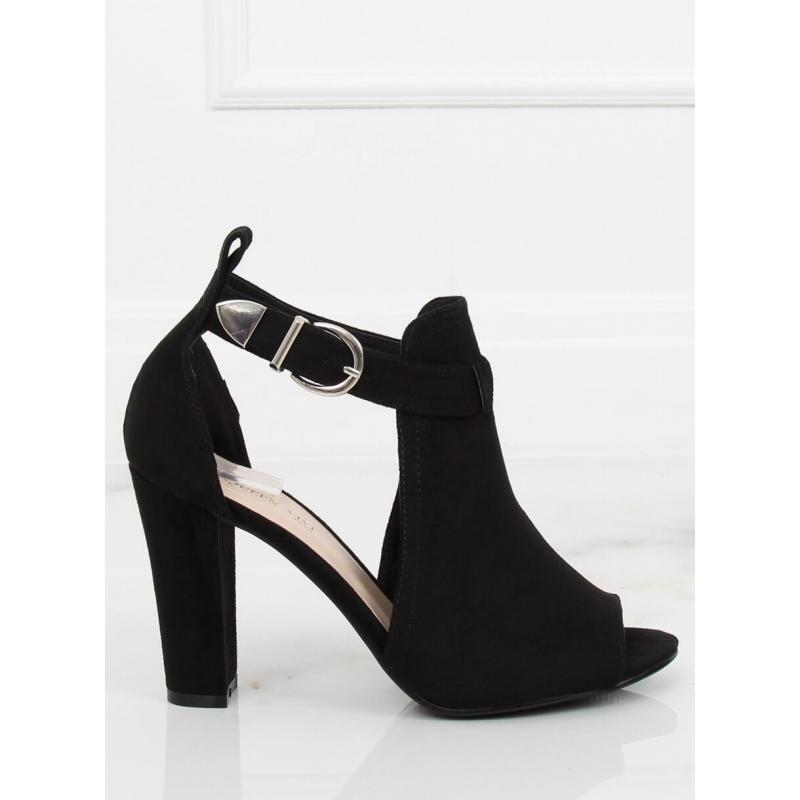 c573c20dd2f7c Čierne semišové topánky na stabilnom podpätku pre dámy. Béžové štýlové  topánky na podpätku s motívom hadej kože pre dámy