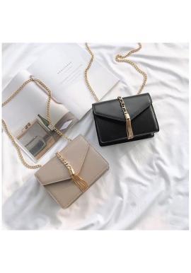 Módna dámska kabelka čiernej farby s kovovou dekoráciou