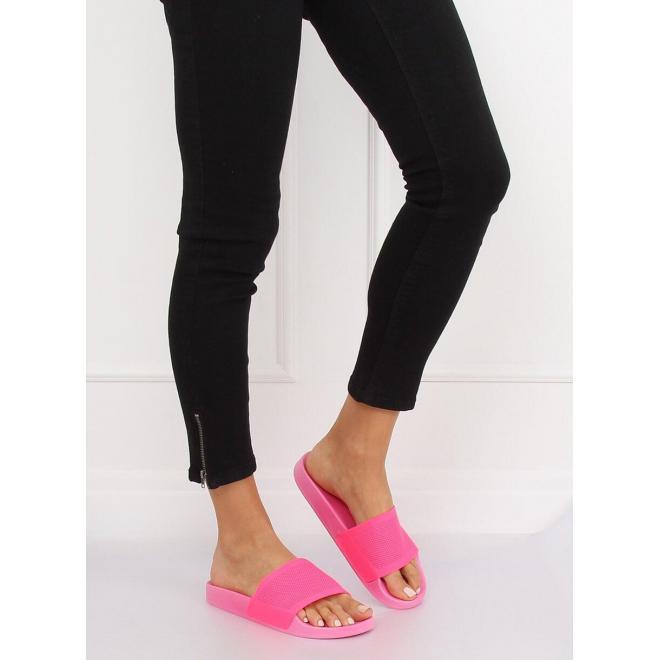Módne dámske šľapky čiernej farby na gumenej podrážke