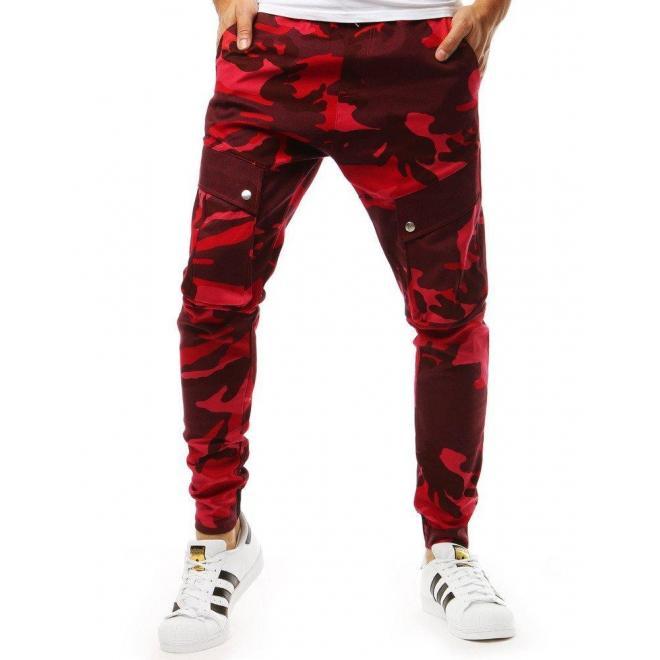 Športové pánske joggery červenej farby s maskáčovým vzorom