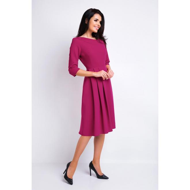 Krásne šaty s asymetrickým výstrihom v bordovej farbe