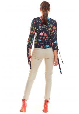 Tmavomodrá kvetovaná blúzka s viazanými rukávmi pre dámy