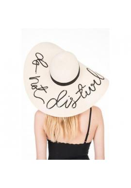 Slamený klobúk krémovej farby s flitrovým nápisom Do not disturb