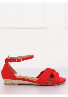 Semišové dámske sandále červenej farby na nízkej platforme