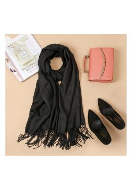 Elegantný dámsky šál čiernej farby so strapcami