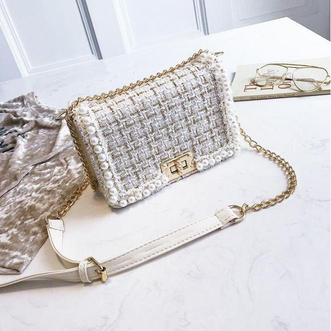 Štýlová dámska kabelka bielej farby pokrytá niťou