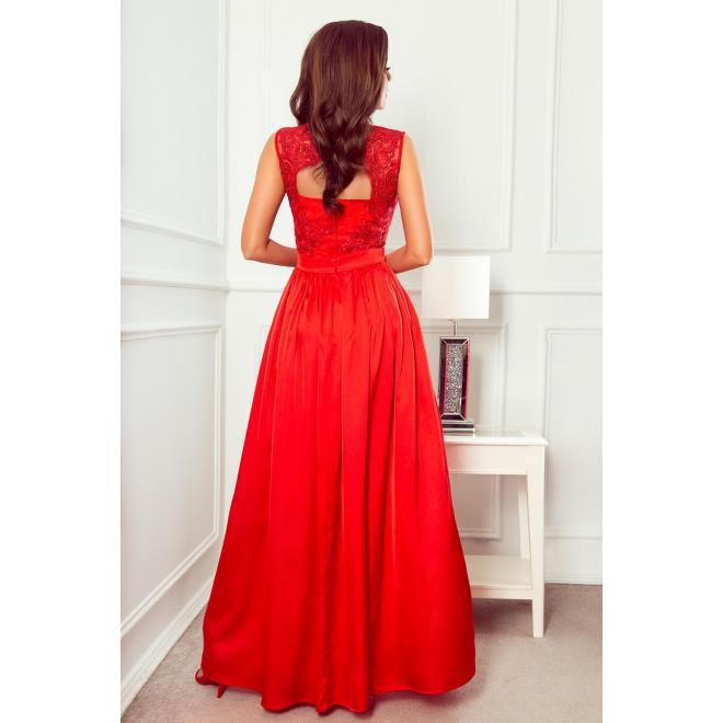 Dlhé dámske šaty červenej farby s vyšívaným výstrihom