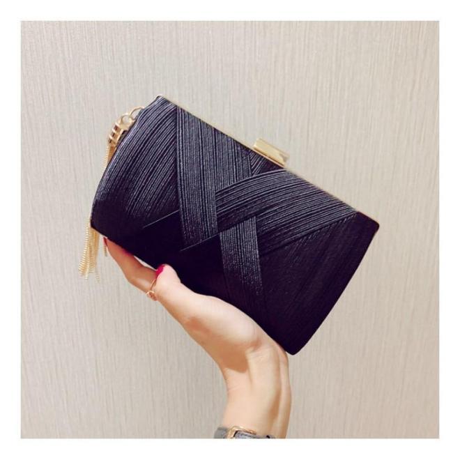 Dámska večerná kabelka v čiernej farbe