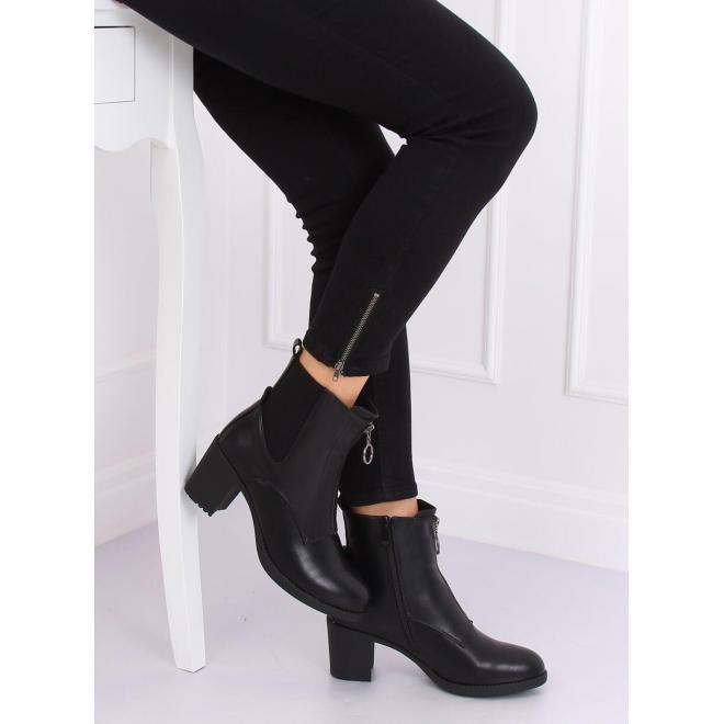 Dámske módne čižmy na pohodlnom opätku v čiernej farbe