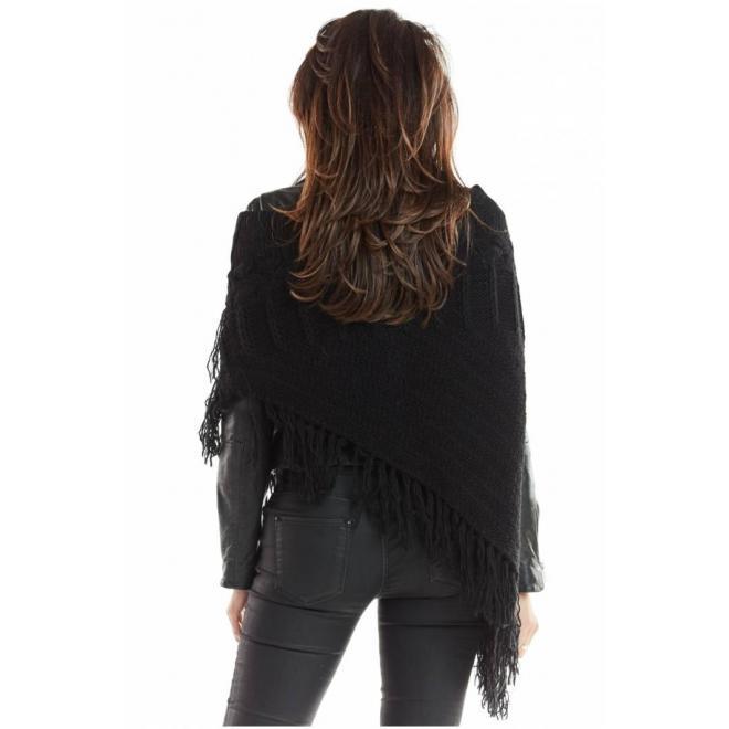Asymetrické dámske pončo čiernej farby so strapcami