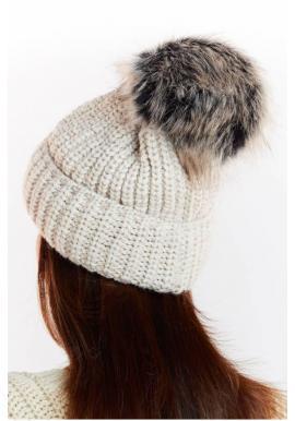 Teplá dámska čiapka sivej farby s kožušinovým pompónom