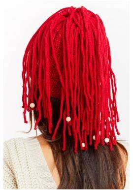 Teplá dámska čiapka červenej farby so strapcami