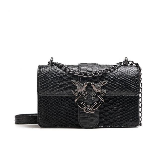 Dámska štýlová kabelka s kovovou ozdobou v čiernej farbe