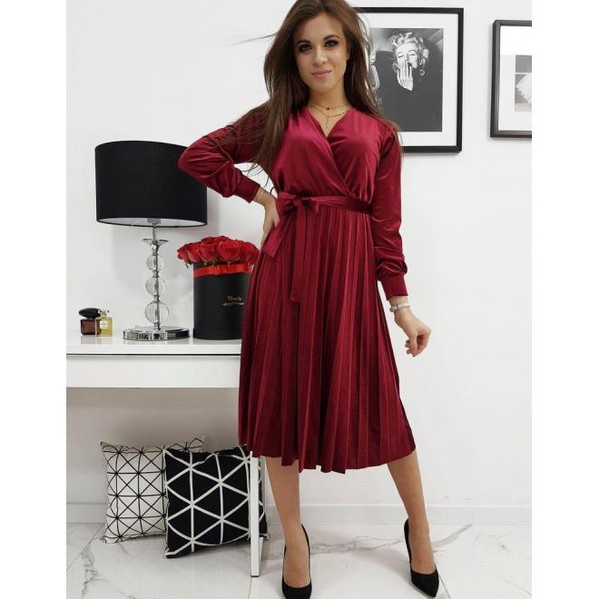 Dámske plisované šaty s viazaním v páse v bordovej farbe