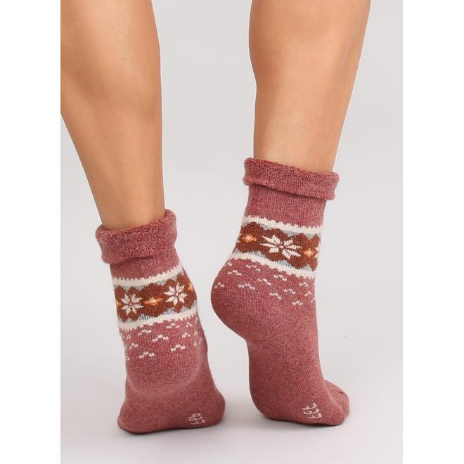 Teplé dámske ponožky hnedej farby so zimným vzorom