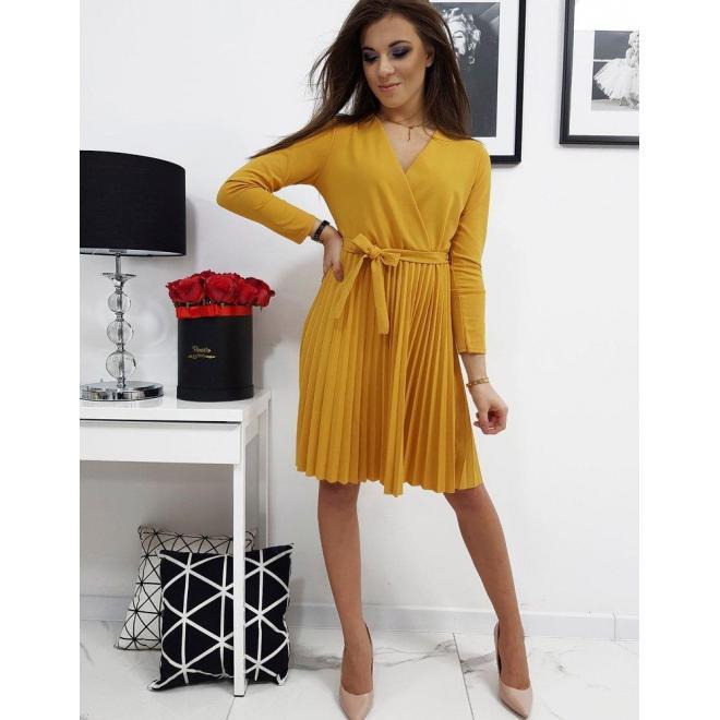 Plisované dámske šaty žltej farby s viazaním v páse