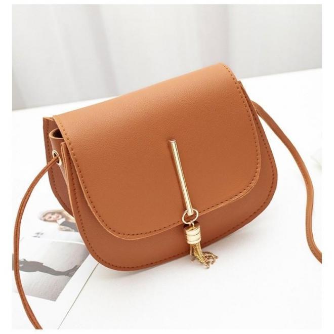 Dámska elegantná kabelka so zlatým príveskom v hnedej farbe