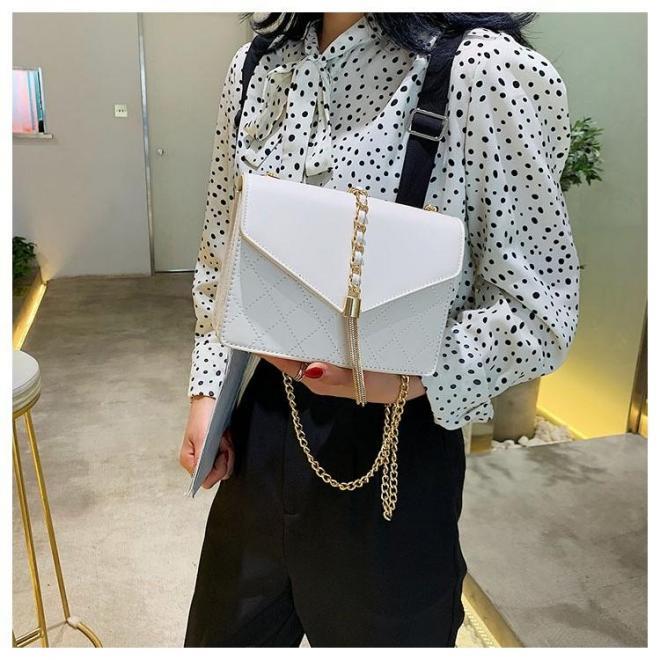 Biela elegantná kabelka so zlatými doplnkami pre dámy