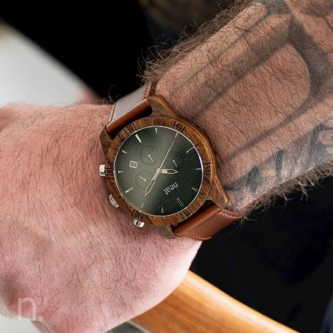 Drevené pánske hodinky hnedo-zelenej farby s koženým remienkom