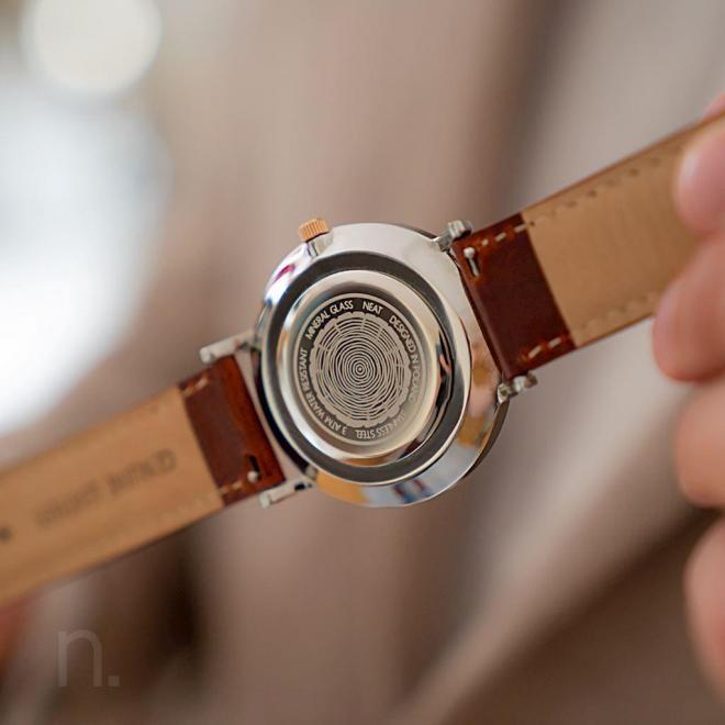 Štýlové pánske hodinky hnedo-sivej farby s koženým remienkom