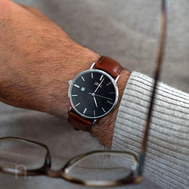 Pánske štýlové hodinky s koženým remienkom v hnedo-čiernej farbe