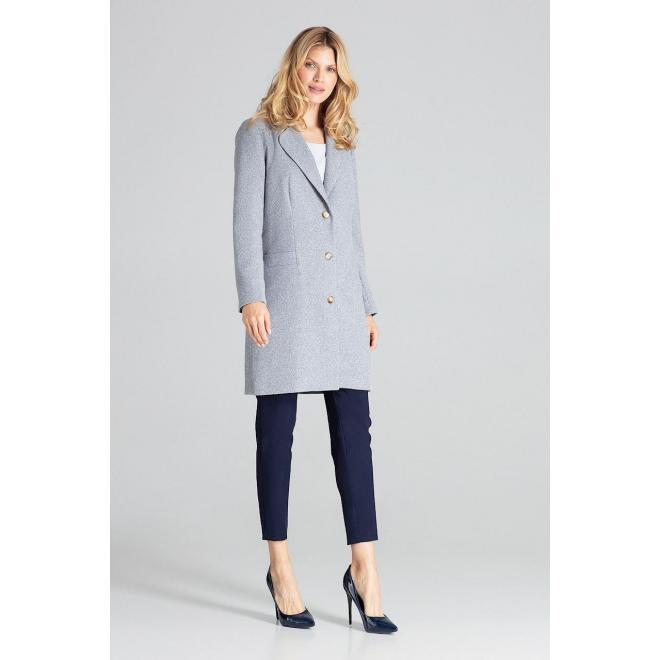 Klasický dámsky kabát sivej farby na jeseň