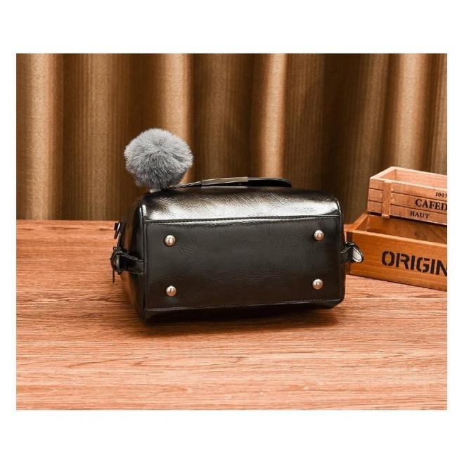Dámska módna kabelka s príveskom na kľúče v čiernej farbe