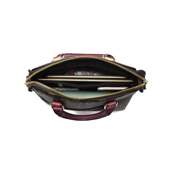 Vzorovaná dámska kabelka bordovej farby s príveskom