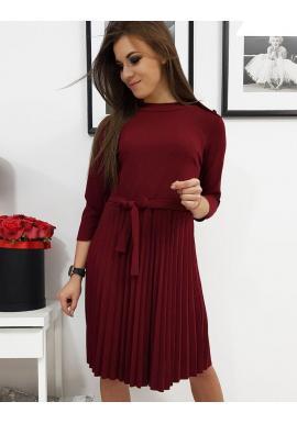 Plisované dámske šaty bordovej farby s viazaním v páse