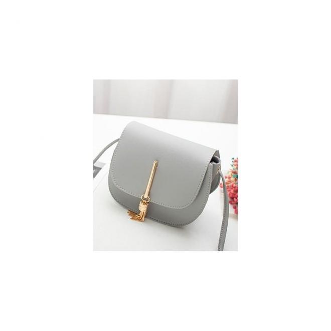 Elegantná dámska kabelka sivej farby so zlatým príveskom