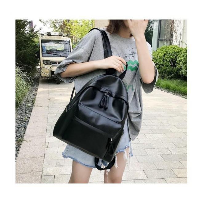 Dámsky klasický ruksak z ekokože v čiernej farbe