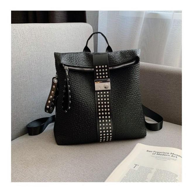 Elegantný dámsky ruksak čiernej farby s vybíjaním a kamienkami