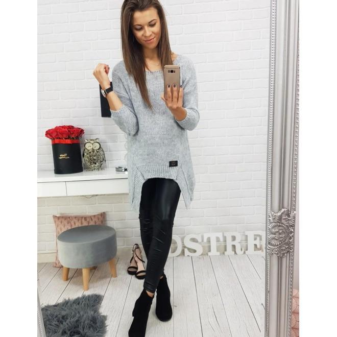 Sivý módny sveter s asymetrickým strihom pre dámy