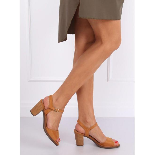 Semišové dámske sandále hnedej farby na drevenom podpätku
