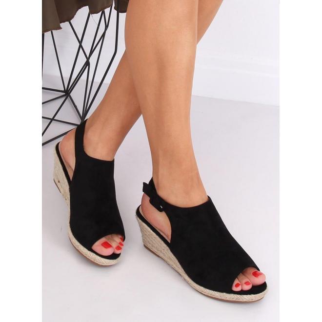 Dámske semišové sandále na klinovom podpätku v čiernej farbe