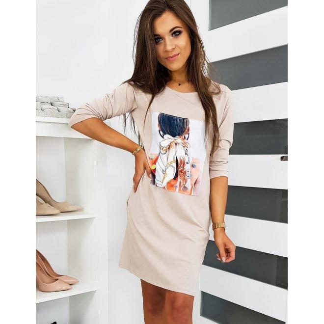 Pohodlné dámske šaty béžovej farby s nášivkou