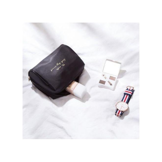 Čierna kozmetická taška s nápisom