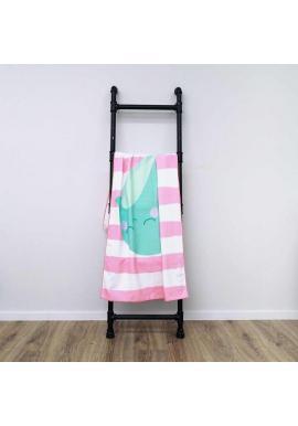 Plážový ručník ružovo-bielej farby s motívom veľryby