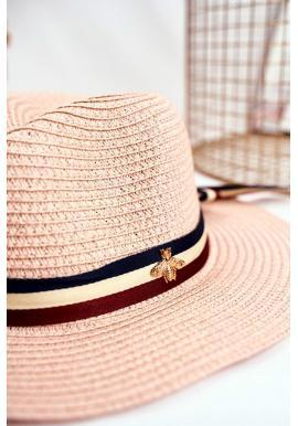 Módny dámsky klobúk na leto ružovej farby so stuhou a zlatou muchou