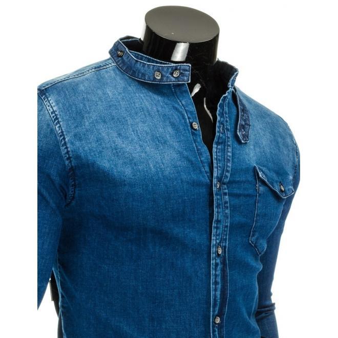 Košeľa modrej farby s lebkami na ramenách