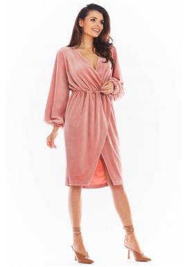 Velúrové dámske šaty ružovej farby s obálkovým výstrihom