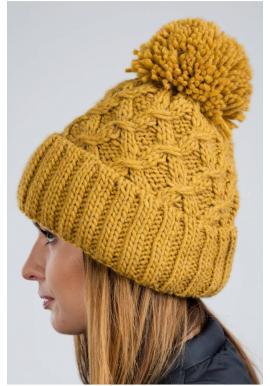 Teplé dámske čiapky karamelovej farby na zimu