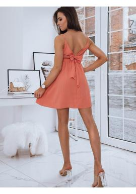 Módne dámske šaty korálovej farby s mašľou na chrbte
