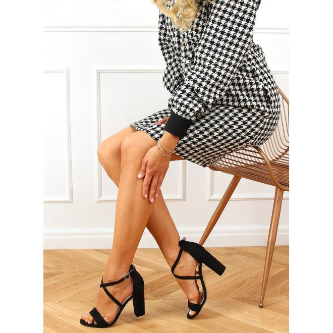 Semišové dámske sandále čiernej farby na stabilnom podpätku