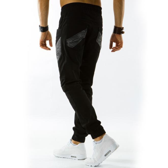 Športové pánske nohavice s prešívanými prvkami v čiernej farbe